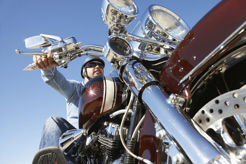 Moto d'équitation de motard photographie stock libre de droits