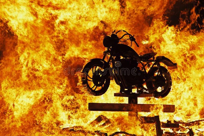 Moto dans le feu photographie stock