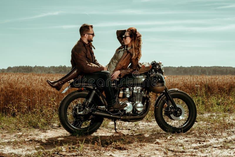 Moto de coureur de couples et de café photo stock