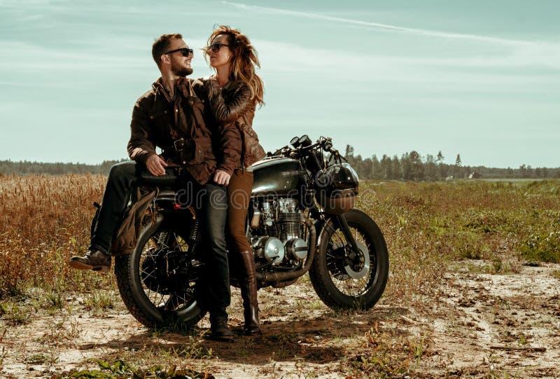 Moto de coureur de couples et de café image stock