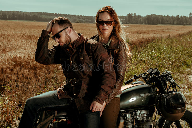Moto de coureur de couples et de café photos stock