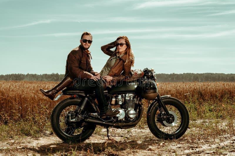 Moto de coureur de couples et de café images libres de droits