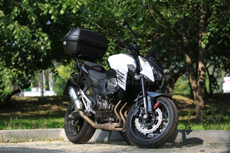 Moto de Kawasaki Z800 avec le cas arrière un jour ensoleillé, sur le fond des buissons verts images libres de droits