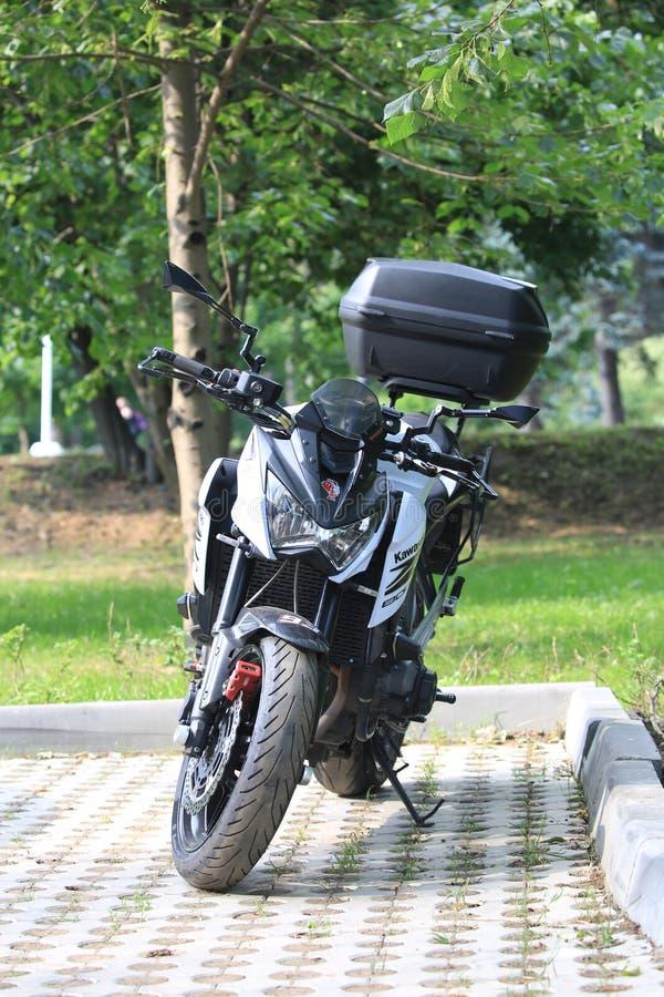 Moto de Kawasaki Z800 avec le cas arrière un jour ensoleillé, vue de face photographie stock