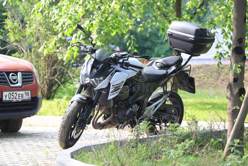 Moto de Kawasaki Z800 un jour ensoleillé, un avant et une vue gauche image stock