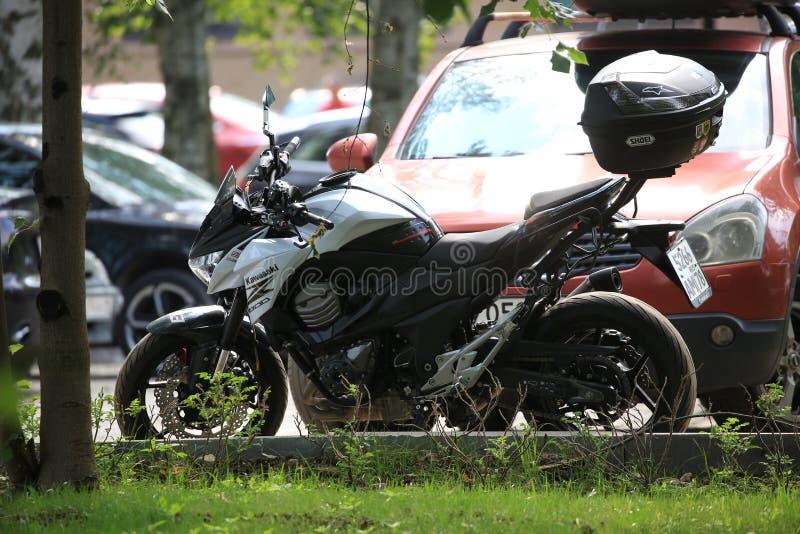 Moto de Kawasaki Z800 un jour ensoleillé dans le contre-jour image libre de droits