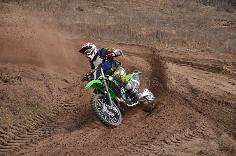 Moto de MX avec des pousses de cavalier hors d'un tour photo libre de droits