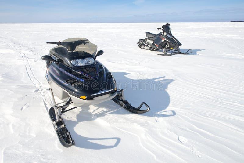 Moto de nieve, motos de nieve, Snowmobiling, diversión de los deportes de invierno fotografía de archivo