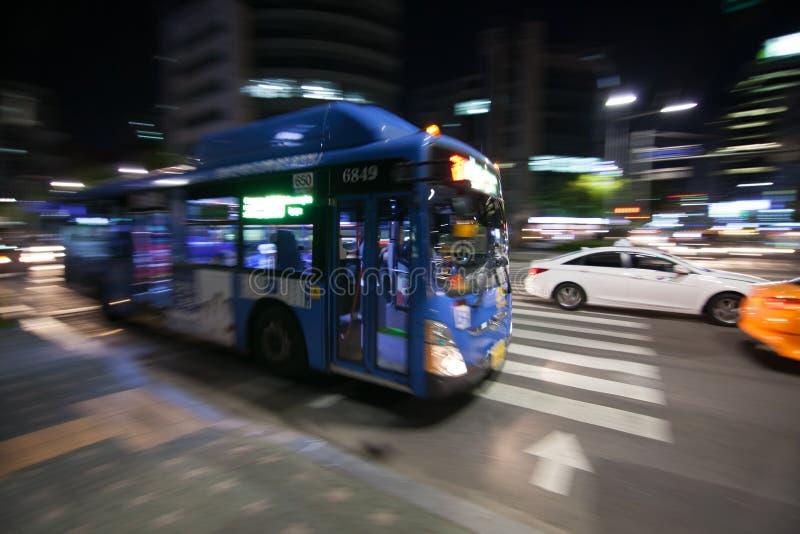 Moto del bus della città vago nella notte immagine stock