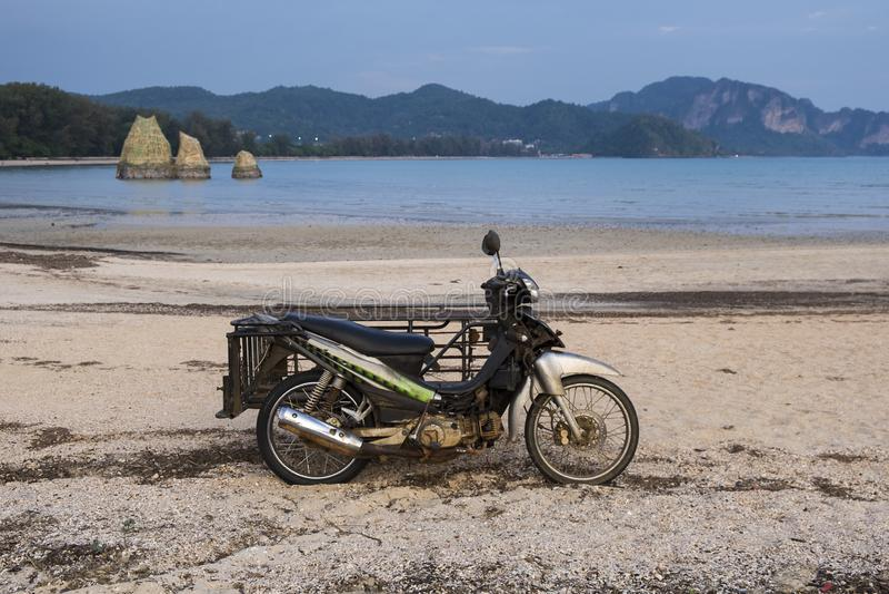 Moto del cargo en la playa en la provincia de Krabi, Tailandia imágenes de archivo libres de regalías