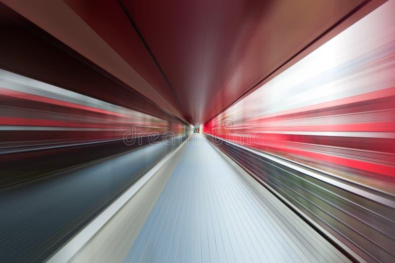 Moto di velocità in tunnel urbano della strada della strada principale illustrazione vettoriale