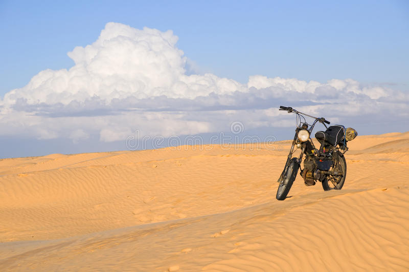 Moto en desierto foto de archivo libre de regalías