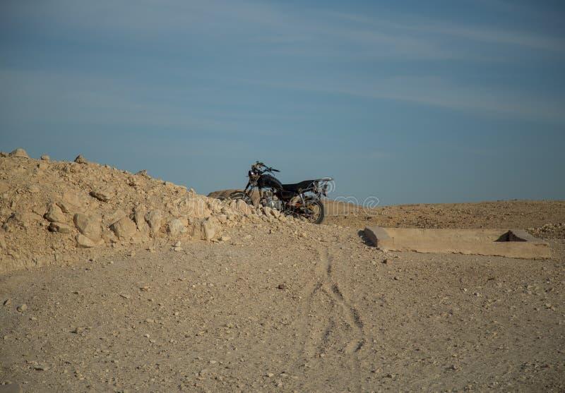 Moto en el desierto de Egipto, África fotos de archivo libres de regalías