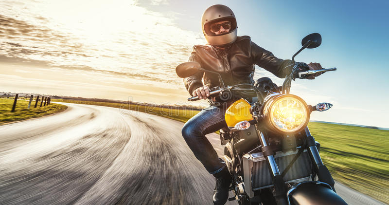 Moto en el montar a caballo del camino divertirse que monta el camino vacío o fotografía de archivo libre de regalías