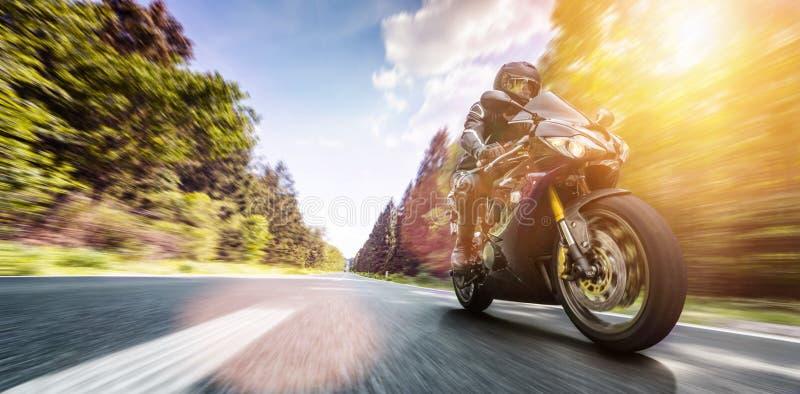 Moto en el montar a caballo del camino divertirse que monta el camino vacío o imagen de archivo