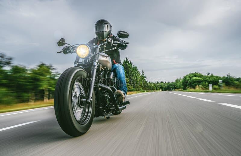 Moto en el montar a caballo del camino divertirse que monta el camino vacío en un viaje/un viaje de la motocicleta foto de archivo