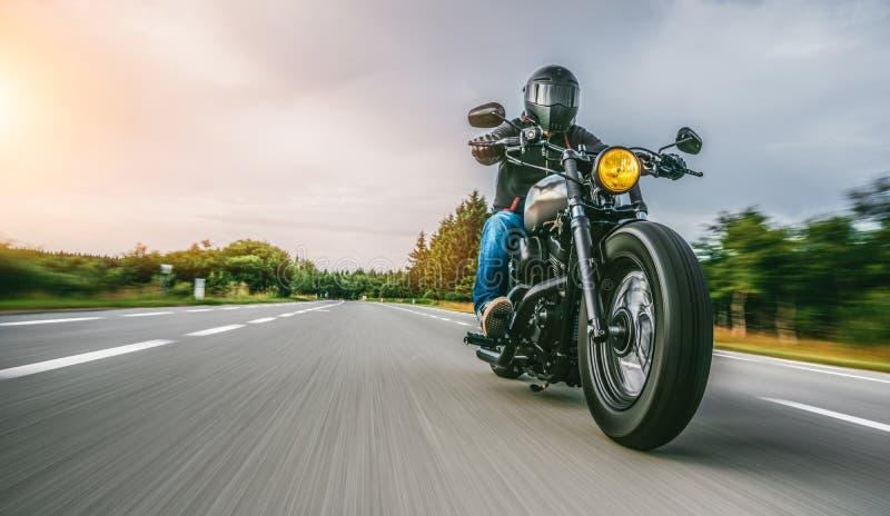 Moto en el montar a caballo del camino divertirse que monta el camino vacío en un viaje/un viaje de la motocicleta imagen de archivo