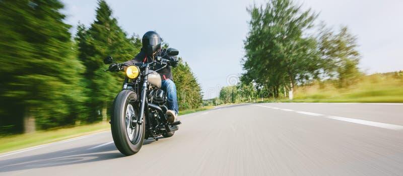 Moto en el montar a caballo del camino divertirse que monta el camino vacío en un viaje/un viaje de la motocicleta imagen de archivo libre de regalías