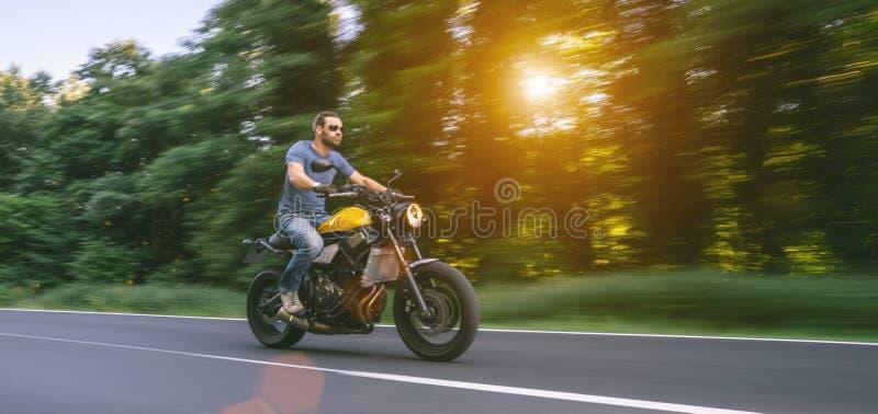 Moto en el montar a caballo del camino divertirse que monta el camino vacío en un viaje/un viaje de la motocicleta imágenes de archivo libres de regalías