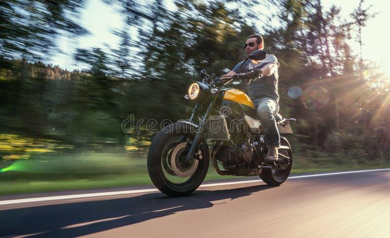 Moto en la conducción del camino divertirse que monta el camino vacío en un viaje/un viaje de la motocicleta foto de archivo libre de regalías