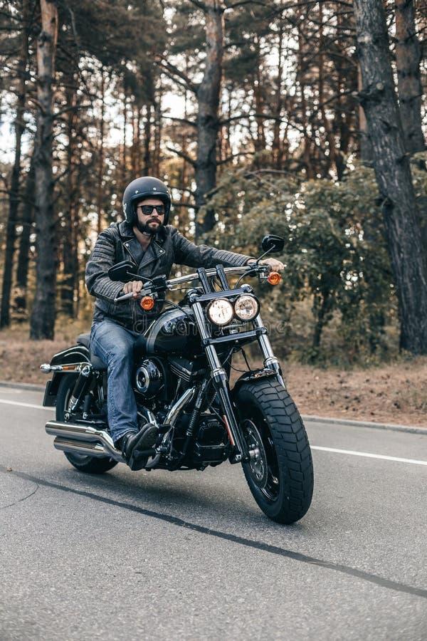 Moto en la libertad del montar a caballo del camino fotos de archivo