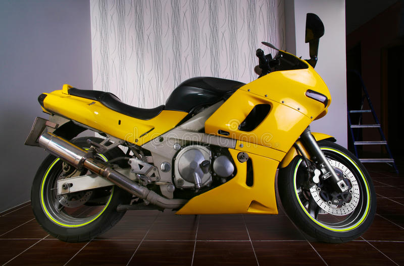 Moto jaune dans le garage photographie stock libre de droits