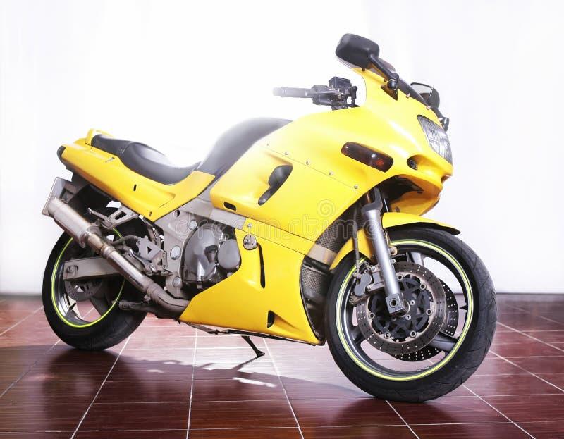 Moto jaune dans le studio photographie stock libre de droits