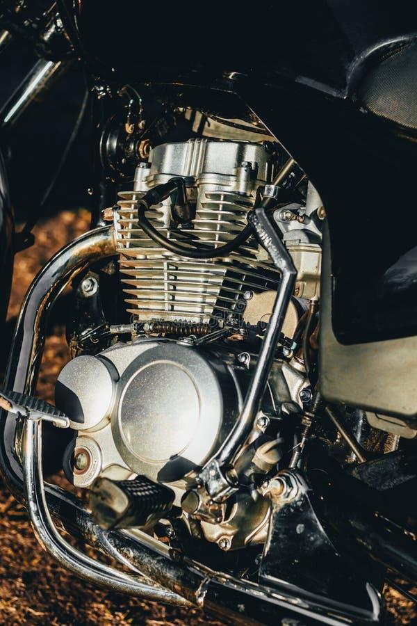 Moto la pi?ce principale du moteur il y a de salet? l?-dessus Plan rapproch? l? modifie la tonalit? photographie stock