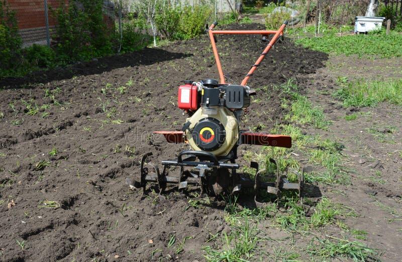 Moto plog eller två-hjul traktor, gå traktor, som kan dra och driva olika lantgårdverktyg liksom en släp, odlare royaltyfria bilder