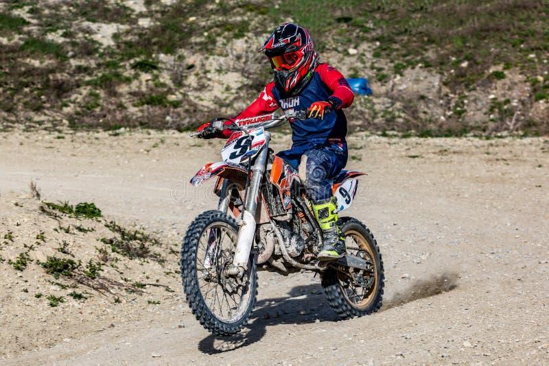 Moto professionnelle Rider Drives Over de motocross la voie de route photo stock