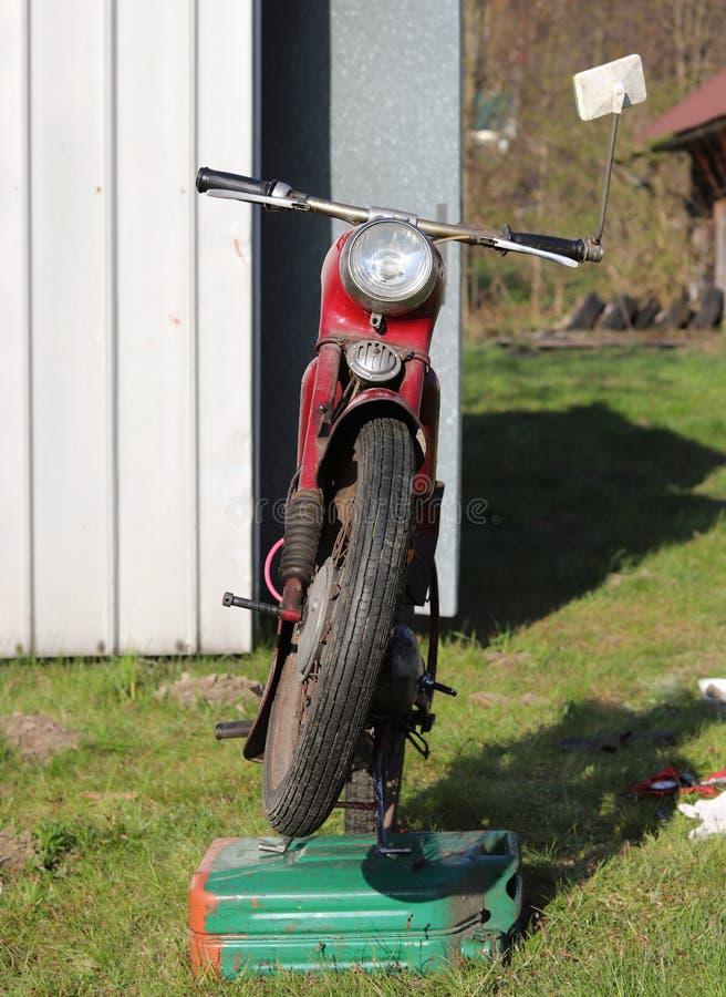 Moto roja de checo del veterano bajo renovación en maintaince de la primavera Motocicleta maravillosa típica para algunos entusia fotografía de archivo