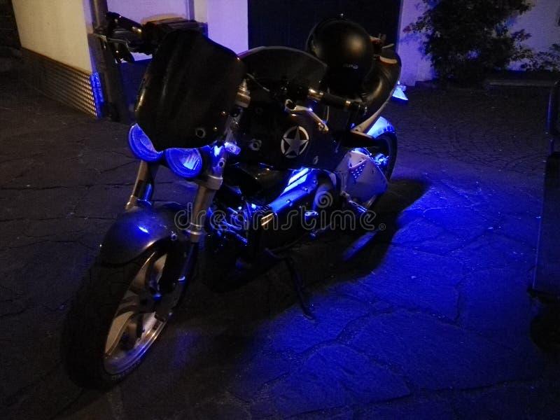 Moto rougeoyante photos libres de droits