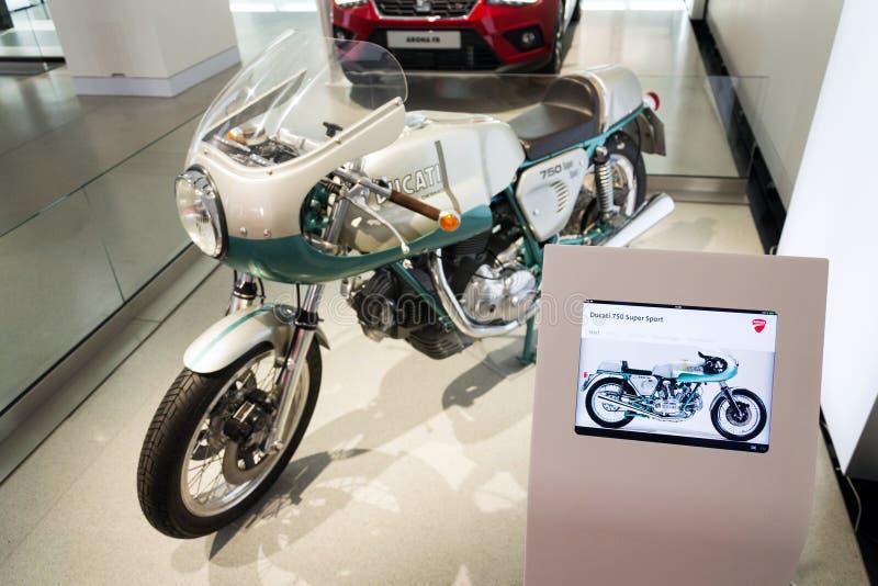 Moto superbe de sport de Ducati 750 se tenant à la commande de forum de Volkswagen AG à Berlin, Allemagne image stock