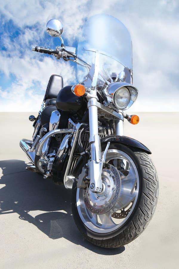 Moto sur l'asphalte contre le ciel images stock