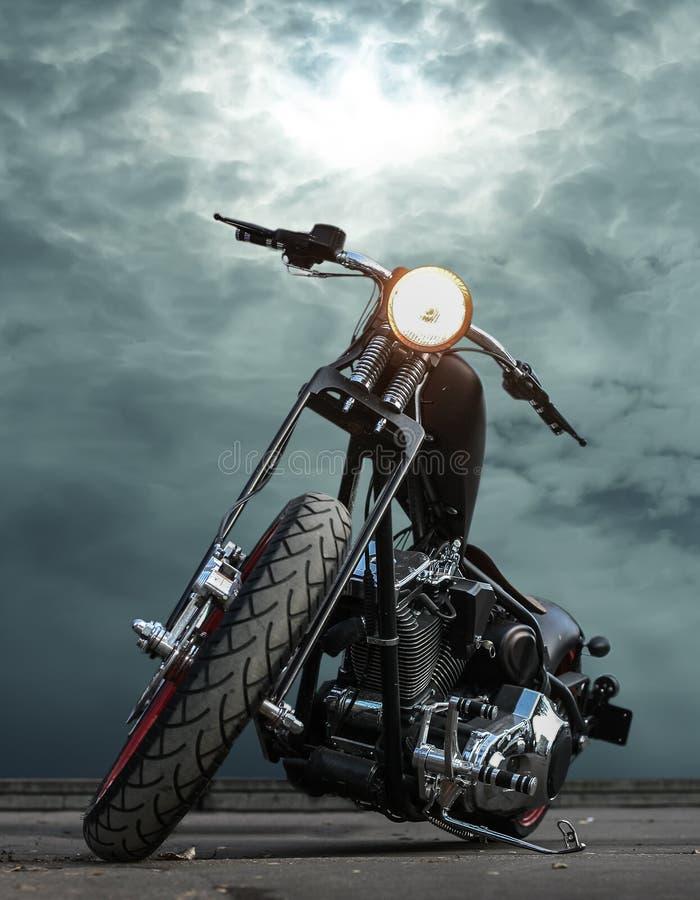 Moto sur l'asphalte contre le ciel photo libre de droits