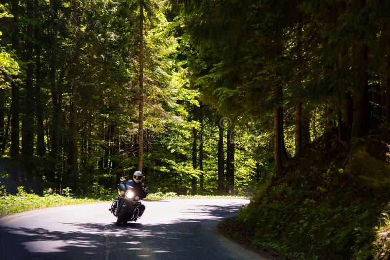 Moto sur la route rurale images libres de droits