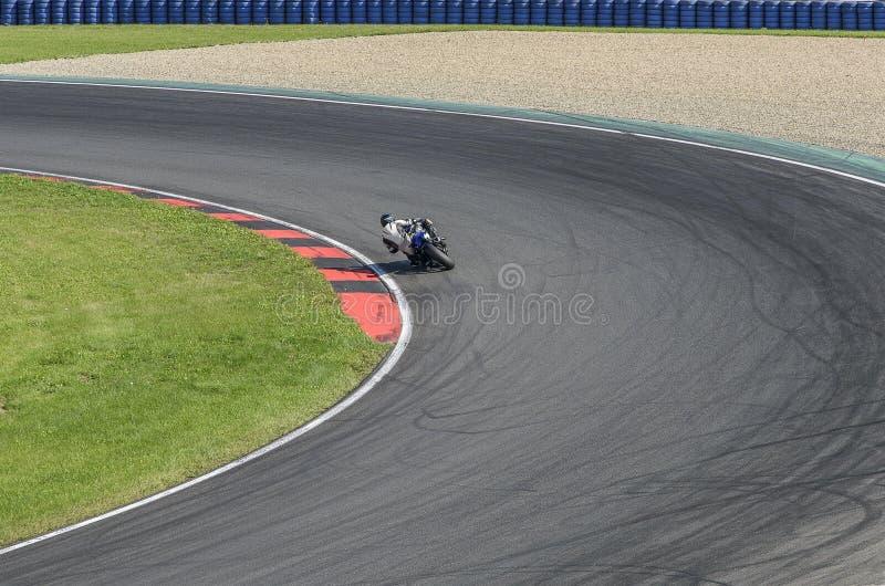 Moto sur la voie rapide au tour pointu image stock