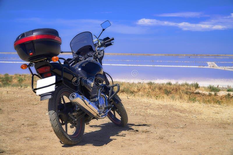 Moto sur le rivage d'un lac de sel photos libres de droits