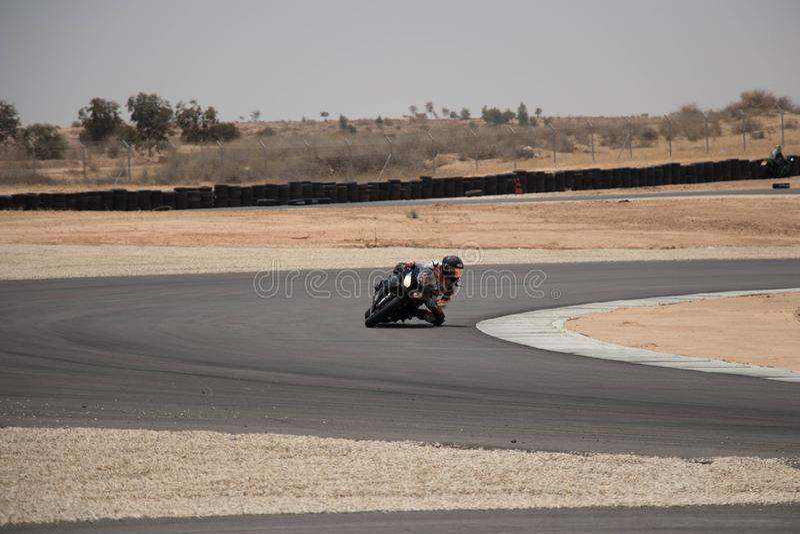 Moto sur une voie de course un jour b de formation B image libre de droits