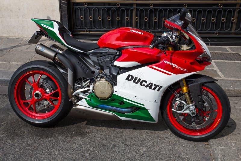 Moto 1299 tricolore d'édition finale de panigale de Ducati sur le loyer pour des touristes à Paris, France image stock