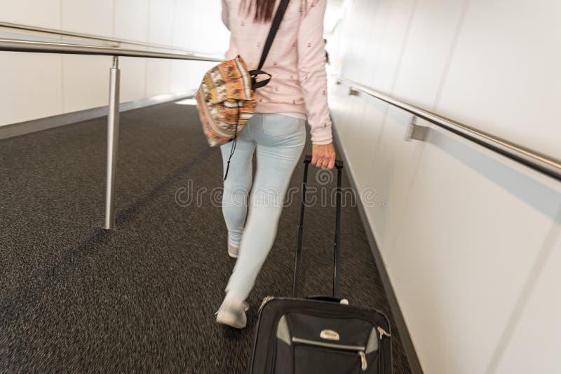 Moto vago di una signora che cammina per salire un aereo immagine stock