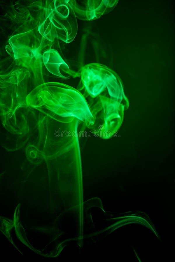 Moto verde del fumo su fondo nero fotografia stock