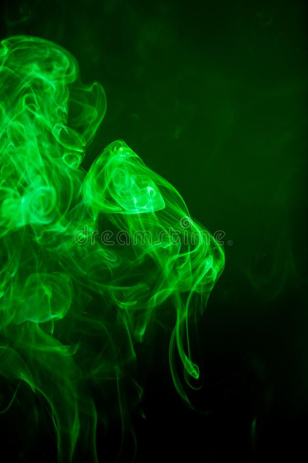 Moto verde del fumo su fondo nero immagine stock libera da diritti