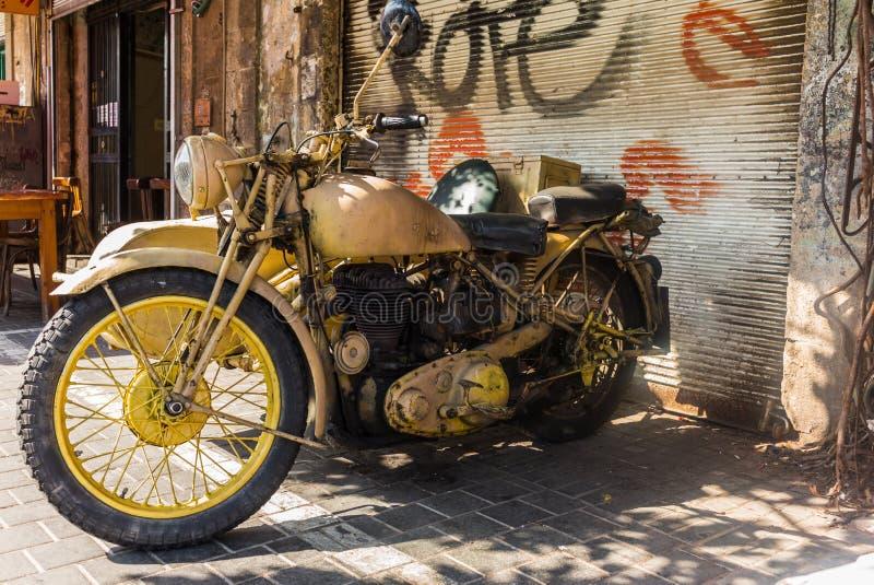 Moto vieja en las calles de Jaffa imagen de archivo