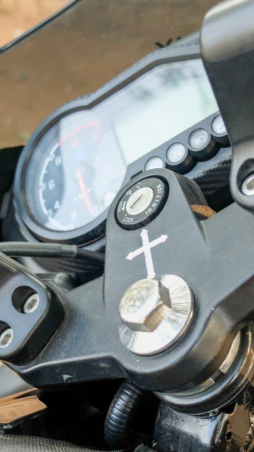 Motobicicleta com símbolo de crucifixo próximo à ranhura da chave de ignição,Mysuru,Karnataka,Índia fotos de stock