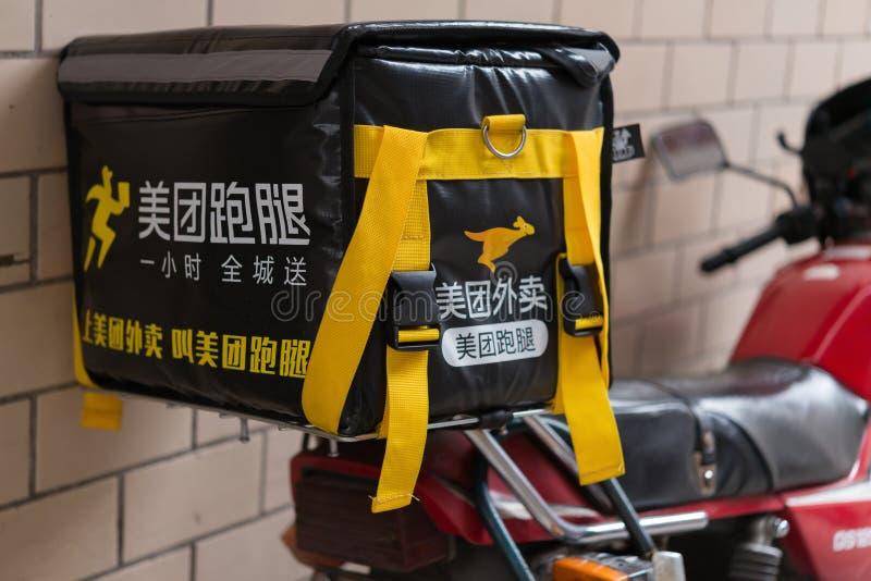 Motobike com estacionamento do caso da entrega do alimento de Meituan na rua imagens de stock