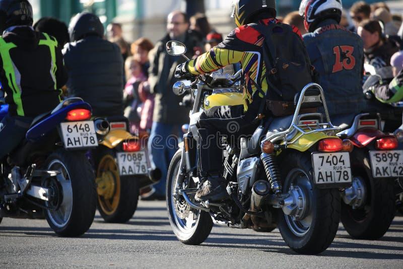 Motobiker sui suoi giri V-massimi del motociclo di Yamaha tra altri motociclisti fotografia stock libera da diritti