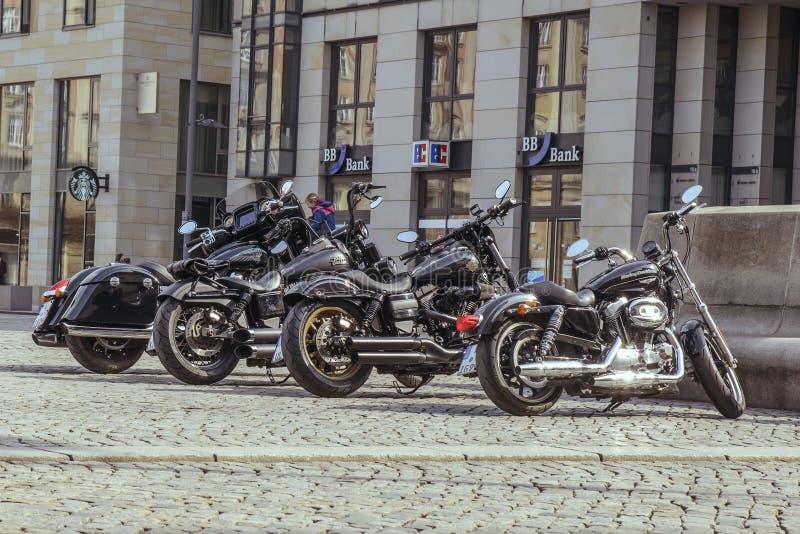 Motobikes Harley Davidson in Folge geparkt auf St- Petersburgstre stockbilder