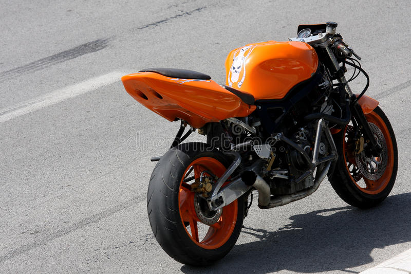 Motocicleta alaranjada fotografia de stock