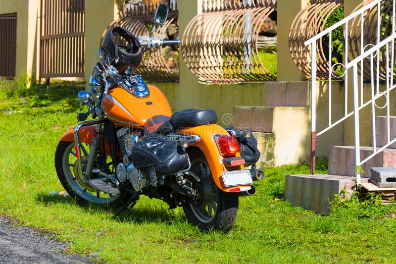 Motocicleta anaranjada con los bolsos fotos de archivo libres de regalías